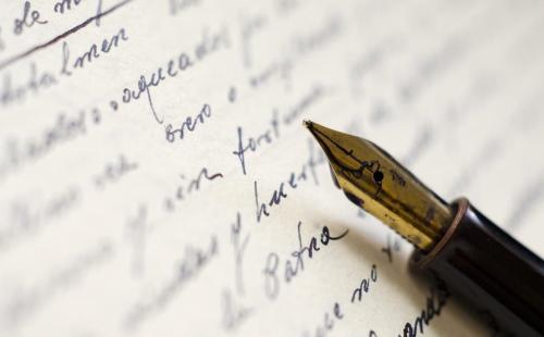 Stylo plume sur feuille de papier