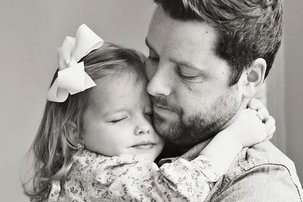 Un papa et son enfant partage un moment de câlin