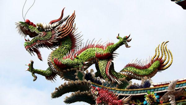 Dragon d'ornement sur un temple chinois en couleur