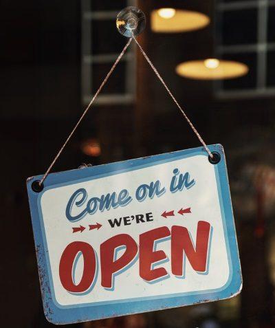 panneau de porte de commerce indiquant ouvert