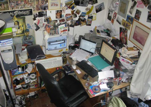 bureau très encombré de geek